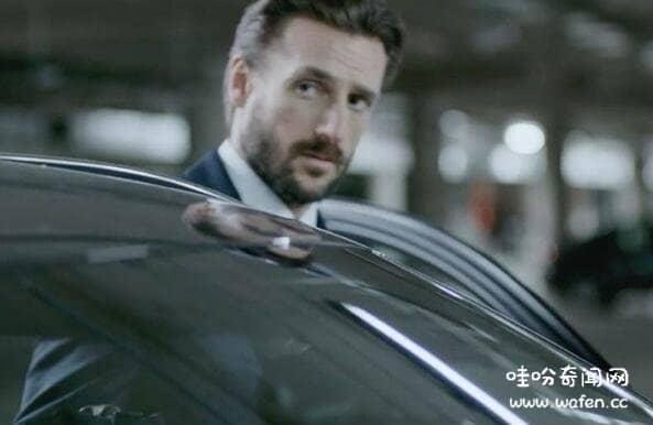 揭秘停车场男人下班不回家一个私密的空间用来转换身份笑脸