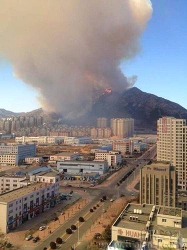 大连黑山发生火灾 十里外见浓烟